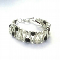 Wavy Bracelet with black and white glass pearls