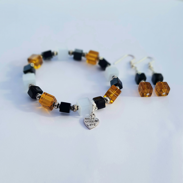 Stretchy bracelet with amber, white and black glass cubes.