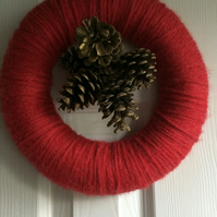 INDOOR RED WOOL AND GOLDEN CHRISTMAS CONES WREATH;SMALL 25cm