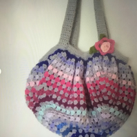 A pretty and practical crochet bag