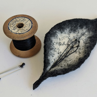 Felted leaf brooch : black and ecru