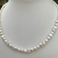 Pearl necklace with gold plated magnetic clasp