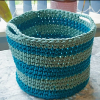 Crochet basket with handles