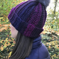 Chunky hat with faux fur Pom Pom in purple marble