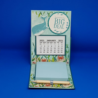 2021 desktop calendar with notepad & pencil
