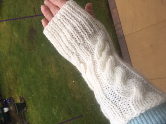 WRISTWARMERS IN COSY CREAM ARAN