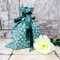 Set of 4 daisy print gift bags