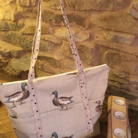 Gorgeous duck handbag with spotted straps & pockets