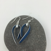Anodised aluminium'Berry' earrings in royal blue with pearl