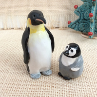 Penguin sculptures: parent and baby emperors, Collectible ceramic birds, 2t