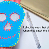 Free P&P. Skull gift tag with reflective eyes