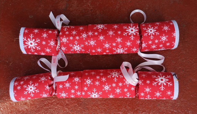 Homemade Christmas crackers, Red with white snowflakes (15)