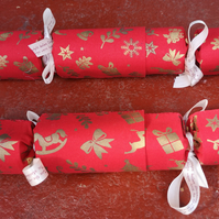 Homemade Christmas crackers, Red with gold decorations (17)