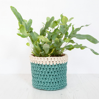 Medium plant pot cover in green & cream. Made from recycled cotton.