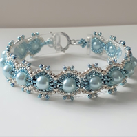 Pretty Blue Ombre beaded bracelet with pearls