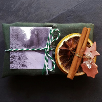 Christmas Gift Set - 2 Soaps & Christmas Decoration