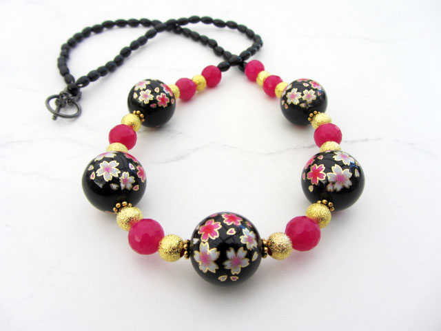 Flowery necklace in black pink and gold