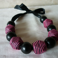 MAGENTA AND BLACK CHUNKY NECKLACE.  467