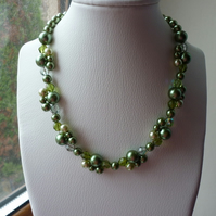 SHADES OF GREEN, PEARL AND CRYSTAL NECKLACE. 357