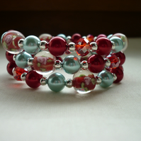 RED AND LIGHT BLUE LAMPWORK MEMORY WIRE BRACELET.   573