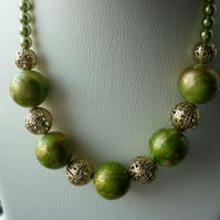 OLIVINE AND GOLD CHUNKY NECKLACE.  593