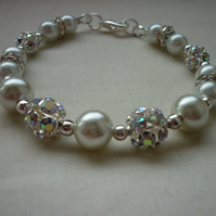 WHITE PEARLS AND SILVER GLITTER BALL BRACELET.  452