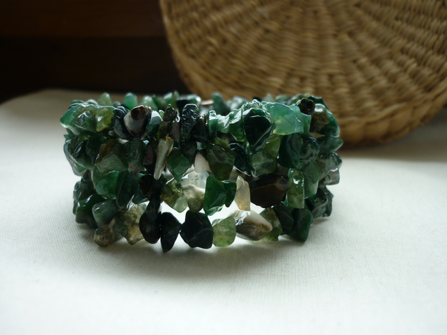 MOSS GREEN AGATE GEMSTONE CHIP MEMORY WIRE BRACELET.  832