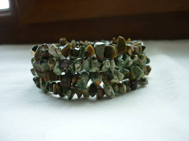 GREEN AND BROWN UNAKITE GEMSTONES CHIP MEMORY WIRE BRACELET.  831