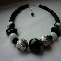 BLACK, WHITE AND SILVER CHUNKY NECKLACE.  887