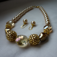 GOLD, CHAMPAGNE AND CREAMY GOLD CHUNKY NECKLACE.  963