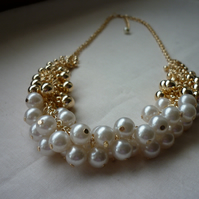 IVORY AND GOLD CLUSTER NECKLACE.