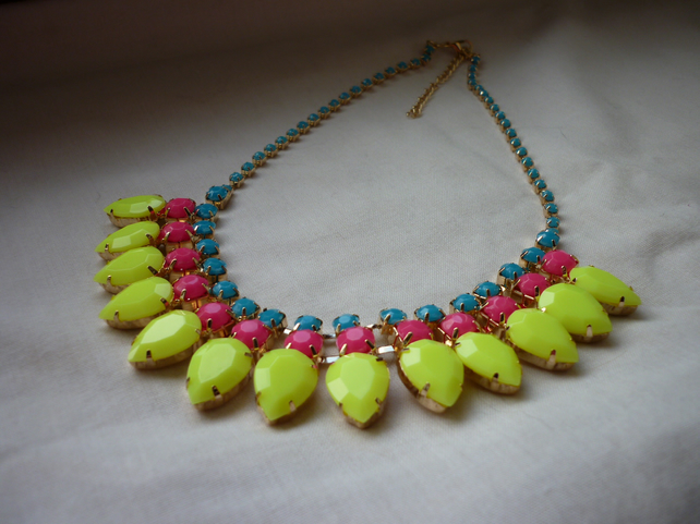 YELLOW, FUCHSIA, TURQUOISE AND GOLD - BIB STYLE NECKLACE.  1028