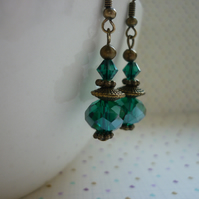 GREEN & ANTIQUE BRONZE DANGLE EARRINGS.  1035