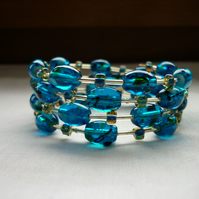 TEAL AND GOLD MEMORY WIRE BRACELET.  1006