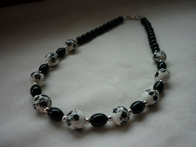 BLACK AND WHITE FLORAL PORCELAIN BEAD NECKLACE.  838
