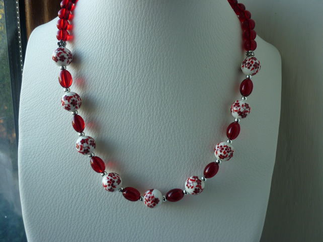 RED, WHITE AND SILVER CERAMIC BEAD NECKLACE.  1074