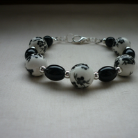BLACK AND WHITE FLORAL PORCELAIN BEAD BRACELET.  839