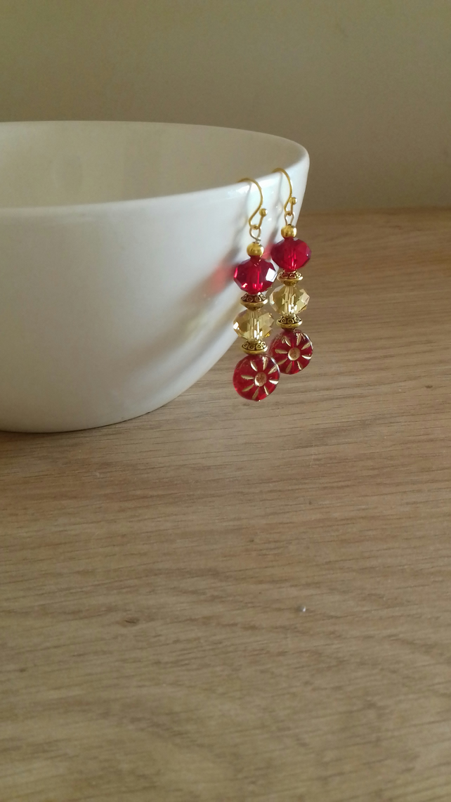 RED AND GOLD FLOWER GLASS BEAD EARRINGS.