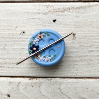 Blue flower magnetic needle minder