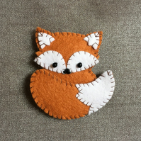 Brown felt fox brooch with contrasting stitching