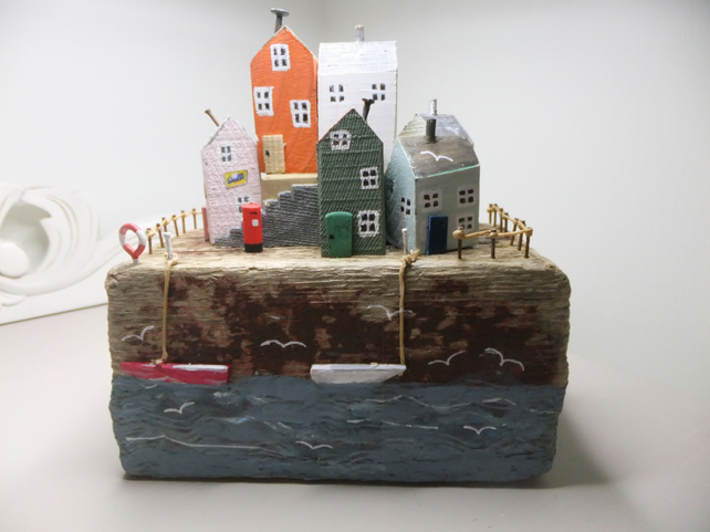 DRIFTWOOD 'SEASIDE COTTAGES AND HARBOUR' SCENE.
