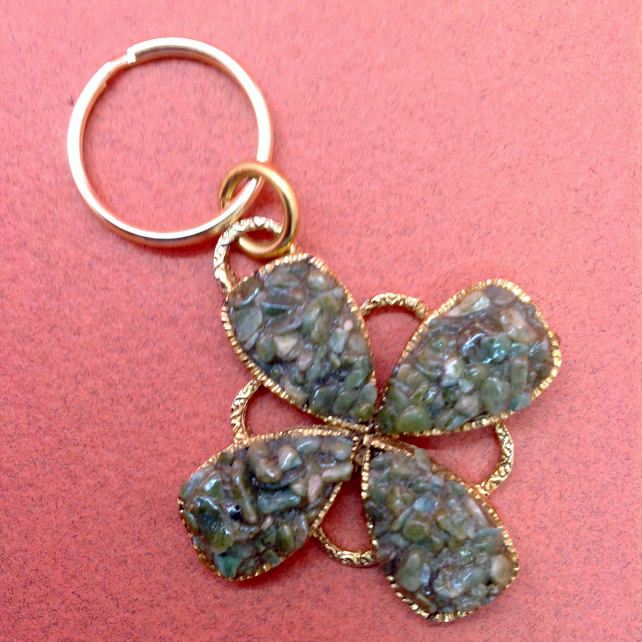 Keyring with a green vintage pendant set in gold metal