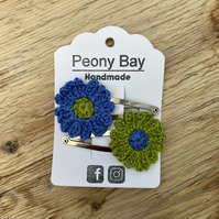 Girl's daisy hair clips, flower hair slides in green and blue