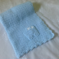 "BABY BLUE HAND CROCHETED BABY BLANKET WITH MOTIF 32"" x 24"""