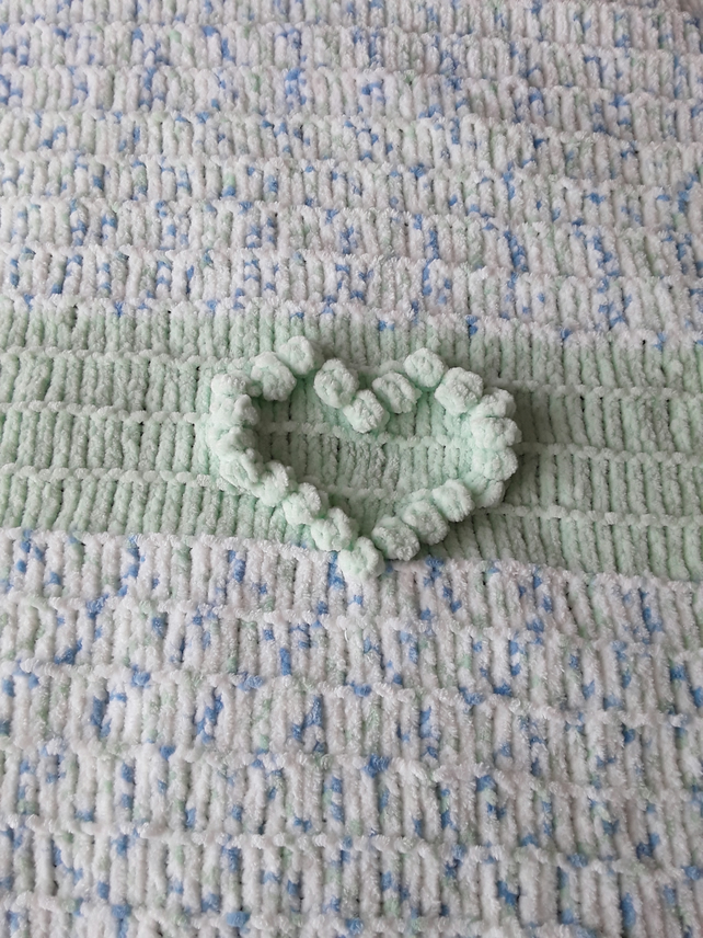 Bobbled baby blanket with bobbled heart