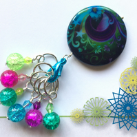 6 Stitch markers and keeper