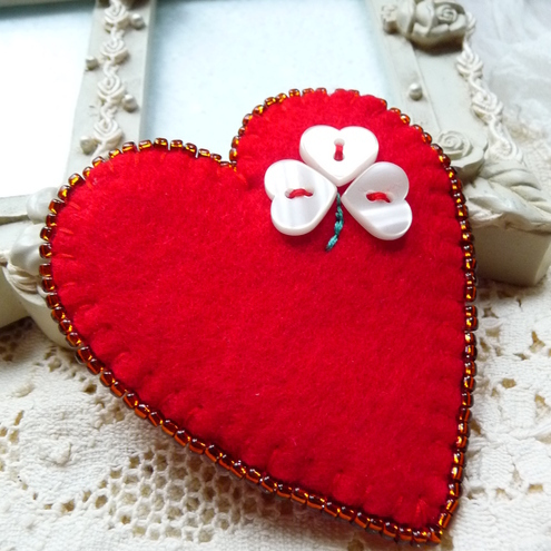 FB-119 - RED HEART SHAPE FELT BROOCH WITH 4 LEAF CLOVER BUTTON DESIGN