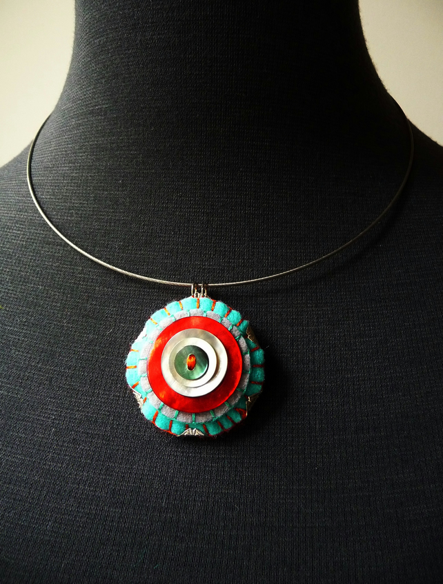 Shell button handmade felt pendant wire choker - Turquoise and red