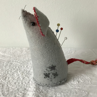 Little mouse pincushion, felt and embroidery.