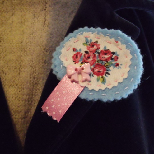 Rosy bow brooch